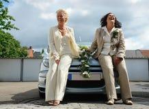 Het rijpe lesbische paar stellen na huwelijk. Stock Afbeeldingen