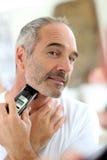 Het rijpe mens scheren met scheermes Royalty-vrije Stock Fotografie