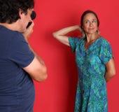 Het rijpe model stellen voor een fotograaf Royalty-vrije Stock Foto's