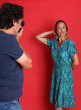 Het rijpe model stellen voor een fotograaf Stock Afbeeldingen