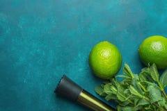 Het rijpe Organische Warhoofd van de Kalk Verse Groene munt op Donkerblauwe Achtergrond De ingrediënten van de Mojitococktail Tri Stock Afbeeldingen