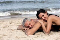 Het rijpe paar ontspannen op het strand Royalty-vrije Stock Foto