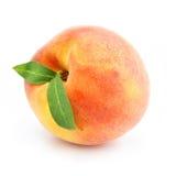 Het rijpe perzikfruit met groen doorbladert geïsoleerde Royalty-vrije Stock Foto's