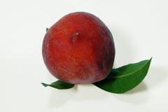 Het rijpe perzikfruit met groen doorbladert geïsoleerde Royalty-vrije Stock Fotografie