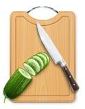 Het rijpe segment van de komkommerbesnoeiing aan boord Stock Foto's