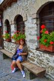 Het rijpe toeristenvrouw ontspannen stock foto's