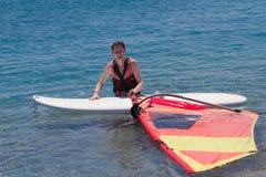 Het rijpe volwassen windsurfing Stock Afbeeldingen