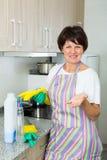 Het rijpe vrouw schoonmaken stock fotografie