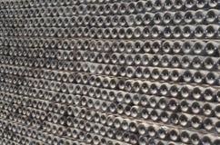 Het rijpen in stoffige champagneflessen in de Wijnmakerij van wijnkelders Royalty-vrije Stock Foto's