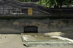 Het riool van de onweershulp naast Lambeth-Brug, Londen royalty-vrije stock foto