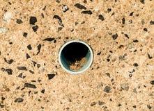 Het riool van het pijpgat op rotsmuur royalty-vrije stock foto