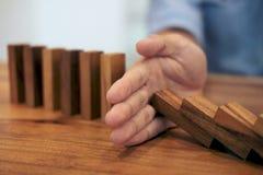Het risico en de strategie in zaken, sluiten omhoog van het einde van de zakenmanhand Stock Foto's