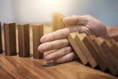 Het risico en de strategie in zaken, sluiten omhoog van het einde van de zakenmanhand Royalty-vrije Stock Foto