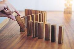 Het risico en de strategie in zaken, sluiten omhoog van zakenmanhand gamb Stock Afbeeldingen