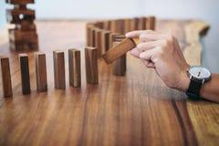 Het risico en de strategie in zaken, sluiten omhoog van zakenmanhand gamb Royalty-vrije Stock Foto's