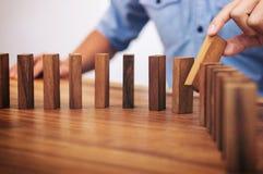 Het risico en de strategie in zaken, sluiten omhoog van zakenmanhand gamb Royalty-vrije Stock Afbeeldingen