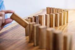 Het risico en de strategie in zaken, sluiten omhoog van zakenmanhand gamb Stock Foto