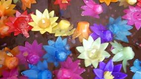 Het ritueel die kleurrijke kaars bidden die op water drijven voor bidt Boedha stock footage