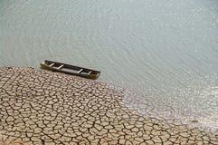 Het rivierbed begint te verbreken Stock Foto