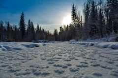 Het rivierbed met ijs wordt behandeld en toont in Siberië dat royalty-vrije stock foto's