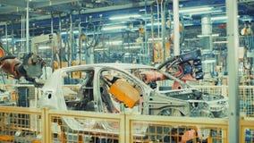 Het roboticawerk in productielijn van auto stock footage
