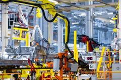 Het robotwapen houdt het detail van auto Auto productieinstallatie stock foto