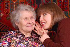 Het roddelen van de grootmoeder en van de kleindochter Stock Foto's