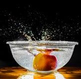 Het rode Apple-Fruit Bespatten in Water Royalty-vrije Stock Foto's