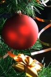 Het rode bal hangen van Kerstmisboom Stock Afbeelding