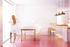 Het rode binnenland van de betegelde vloereetkamer, vrouw Stock Fotografie
