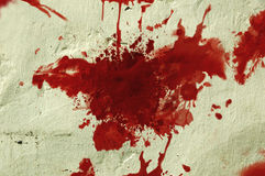 Het rode bloed ploetert op een muur. stock foto