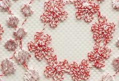 Het rode bloemen en bladeren macroschot van de kant materiële textuur Royalty-vrije Stock Afbeeldingen