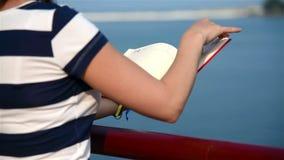 Het Rode Boek van de meisjesgreep stock video