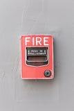 Het rode brandalarm schakelt buitencementmuur van commerciële buil in stock foto