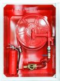 Het rode brandblusapparaat en de brand beschermen materiaal Royalty-vrije Stock Afbeeldingen