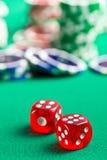 Het rode casino dobbelen en de casinospaanders Royalty-vrije Stock Fotografie