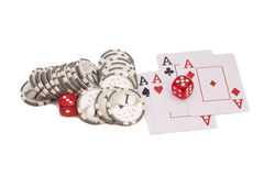 Het rode casino dobbelt, vier azenspeelkaarten en casinospaanders Stock Fotografie