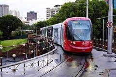 Het rode Centrale Station van Sydney Light Rail Train Approaching, Australië royalty-vrije stock afbeeldingen