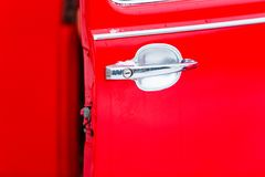 Het rode close-up van het autohandvat Geopende automobiele deur stock foto's
