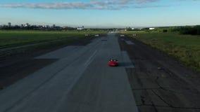 Het rode convertibele auto drijven lucht stock footage