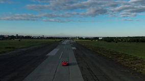 Het rode convertibele auto drijven lucht stock videobeelden