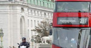 Het rode de bus van Londen drijven over de Brug van Westminster stock videobeelden