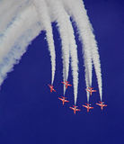 Het rode de vorming van Pijlen vliegen Stock Foto