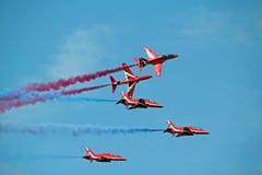 Het rode de vorming van Pijlen vliegen Royalty-vrije Stock Afbeeldingen