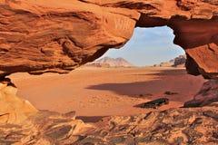 Het rode dessert van Wadi Rum in Jordanië met Nomade` s tent Royalty-vrije Stock Foto's