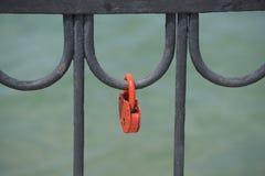 Het rode deurslot is gesloten stock fotografie