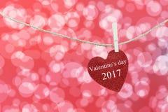 Het rode die Hart op hennepkabel wordt gehangen en heeft de Dag van tekst Gelukkig Valentine Royalty-vrije Stock Foto's