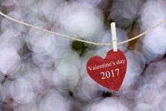 Het rode die Hart op hennepkabel wordt gehangen en heeft de Dag van tekst Gelukkig Valentine Royalty-vrije Stock Afbeeldingen
