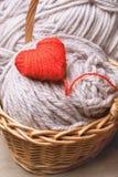 Het rode die hart van garen in een mand wordt gemaakt Stock Foto's