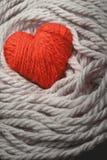 Het rode die hart van garen wordt gemaakt Stock Afbeelding